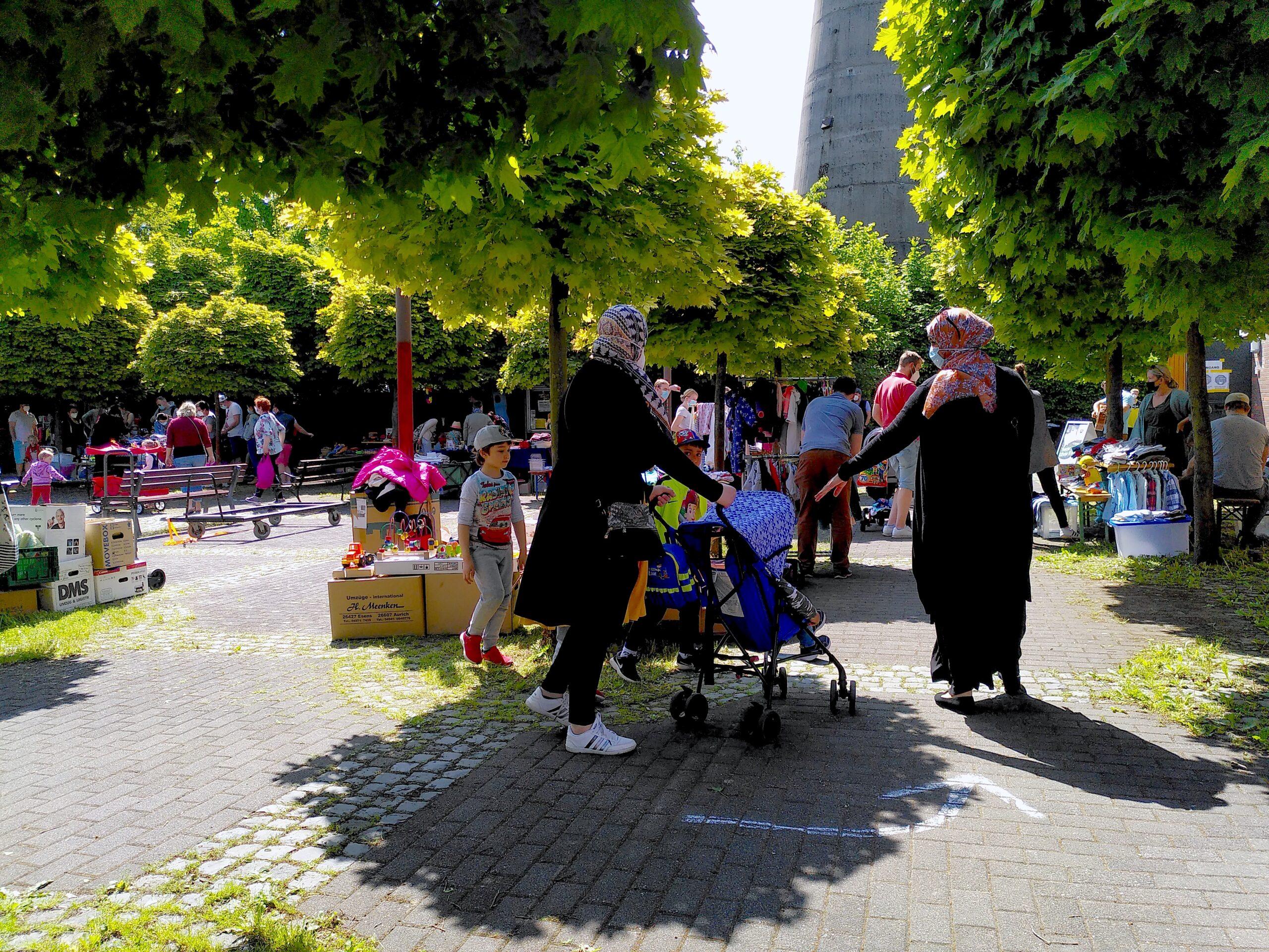 Auf dem Kirchplatz unter den Platanen herrschte buntes Treiben