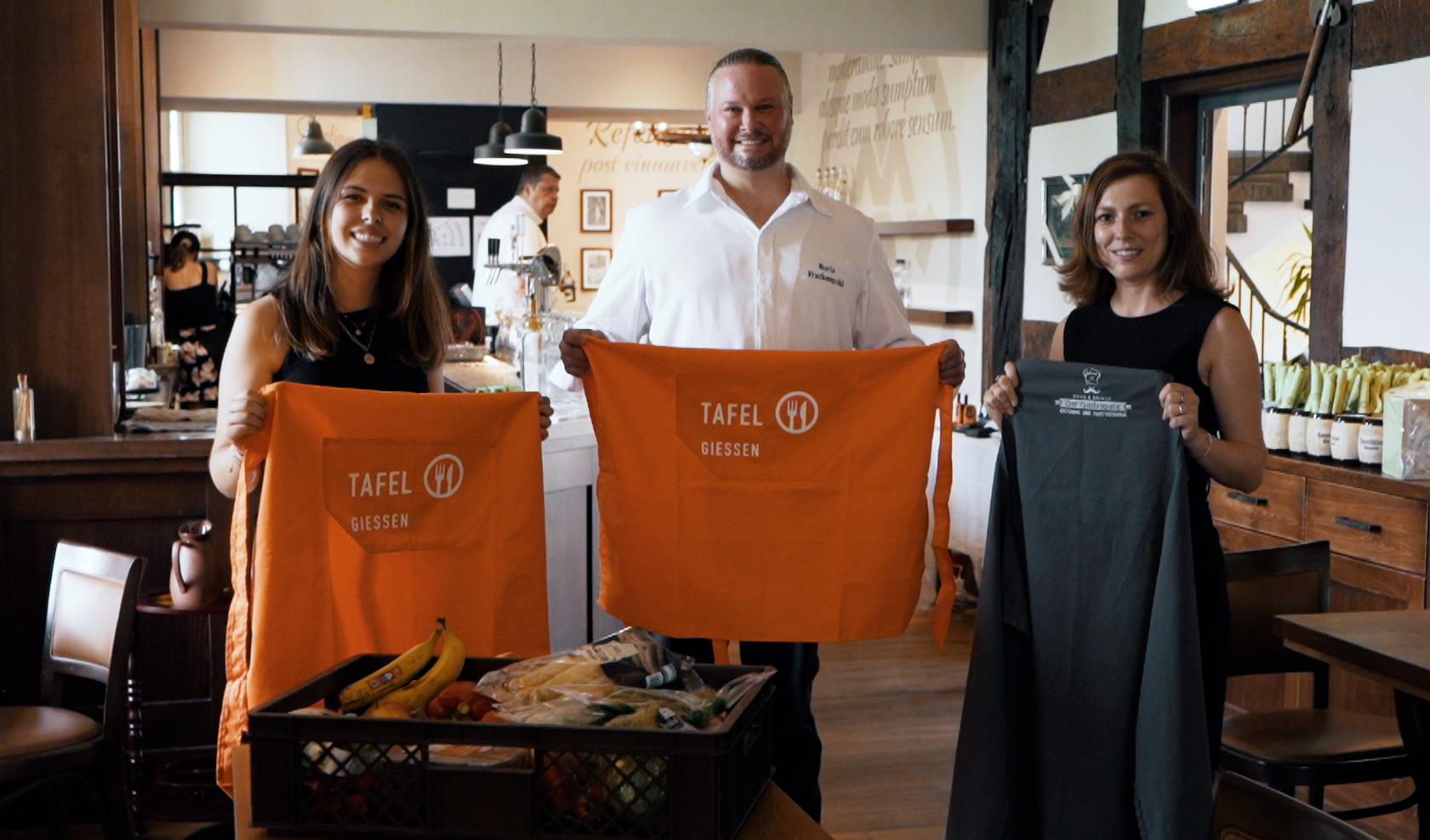 """Mara Urich (l.) und Boris Frackenpohl vom Gießener Catering-Unternehmen """"Der Gastropate"""" freuen sich mit Tafel-Organisationsleiterin Anna Conrad auf die Zusammenarbeit."""