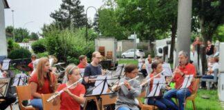 Holzheimer Musik rund um den Brunnen