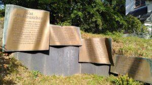 Das Mahnmal an der VITOS-Kapelle am Rande des Pilgerwegs erinnert an die Opfer des Nationalsozialismus