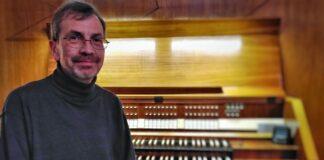 Hubert Hübner an der Kreienbrink-Orgel der Kulturkirche St. Thomas Morus